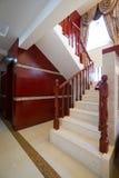 木房子豪华的楼梯 图库摄影