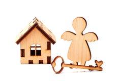 木房子钥匙和天使 免版税库存图片