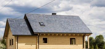 木房子铺磁砖了屋顶 免版税库存图片