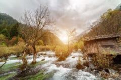 木房子,九寨沟风景看法由盆景浅滩的 免版税库存图片