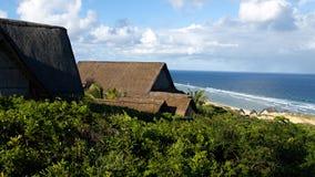 木房子临近海滩 免版税库存照片