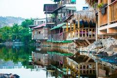 木房子建造在一个咸盐水湖在Playa el Tunco, Sa El 免版税库存图片