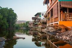 木房子建造在一个咸盐水湖在Playa el Tunco, Sa El 图库摄影