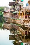 木房子建造在一个咸盐水湖在Playa el Tunco, Sa El 库存照片