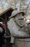 木手被雕刻的饮啤酒者 库存照片