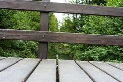 木扶手栏杆在森林里 免版税图库摄影