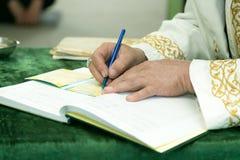 木拉sveschenosluchitel写新娘和新郎的名字 免版税库存图片