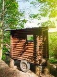 木拖车在森林的中部 免版税图库摄影