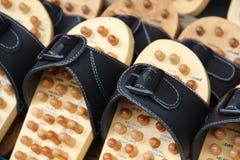 木按摩拖鞋在市场上 免版税库存照片