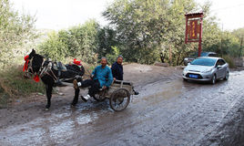 木推车在老镇 库存图片
