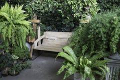 木摇摆位子在室外庭院里 免版税库存照片