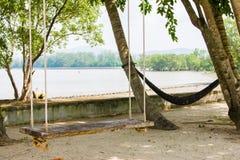 木摇摆和吊床放松的 图库摄影