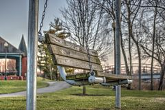 木摇摆的公园长椅 库存图片