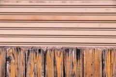 木摊和金属门背景 免版税库存图片