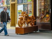 木摩托车位于玩具购物吸引买家 库存图片