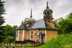 木教会在卡累利阿在夏天在森林里 免版税库存图片