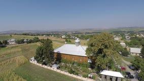 木教会在村庄 射击寄生虫 免版税库存照片