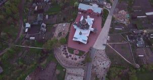 木教会鸟瞰图在日落的小城市 在古老样式的基督徒寺庙 4K 股票录像