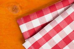 木方格的餐巾的表 免版税库存照片