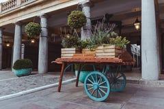 木无盖货车充满花在科芬园伦敦里 库存照片