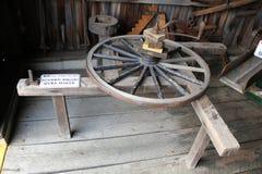 木无盖货车轮幅制造商在门诺派中的严紧派的铁匠商店 库存照片