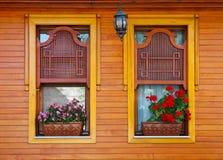 木无背长椅的视窗 免版税库存图片