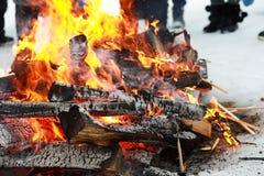 木日志烧与在火的明亮的火焰 库存图片