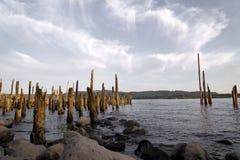 木时间和冰砾之前毁坏的杆老码头在哥伦比亚 免版税库存图片