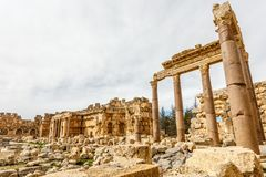 木星寺庙,贝卡谷地,巴尔贝克,黎巴嫩盛大法院的古老被破坏的墙壁和专栏  免版税图库摄影
