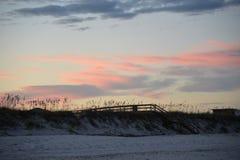 木木板走道结束在海滩和下落您直接地在沙子 免版税图库摄影
