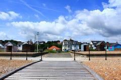 木木板走道Kingsdown海滩小屋肯特英国 免版税库存照片