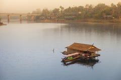 木木筏和小船 免版税图库摄影