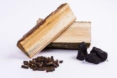 木材、煤炭和生物量药丸-白色背景。 免版税库存照片