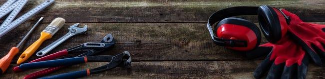 木材加工、木匠业或者杂物工工作的葡萄酒木横幅板 免版税图库摄影