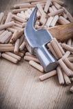 木材加工定缝销钉和拔钉锤垂直的版本建筑 库存图片