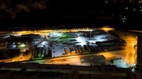 木材加工工厂 航拍在晚上 鸟` s眼睛视图 免版税库存图片