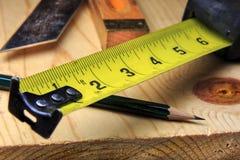 木材加工测量的磁带和铅笔 库存图片