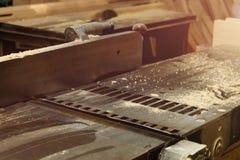木材加工飞机机器在木匠业车间 机械工具在工厂 免版税库存照片