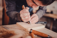 木材加工 细木工技术工作 木雕刻 木匠为构筑使用切刀 免版税库存照片