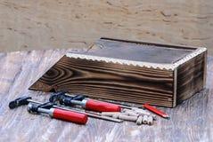 木材加工 钳位、木别针、铅笔和木邮箱静物画  免版税图库摄影