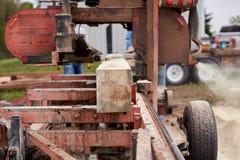 木材被切开和被处理在锯木厂 免版税库存图片