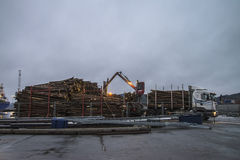 木材装货在码头的 免版税库存图片