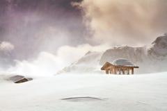 木村庄和在blizard的积雪的小屋 库存照片