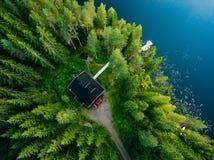 木村庄鸟瞰图在蓝色湖的绿色森林里在农村夏天芬兰 库存图片