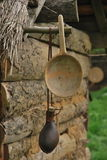 木杓子和皮革水瓶 库存照片