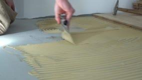 木条地板的工作者应用的胶粘剂 回家整修 影视素材