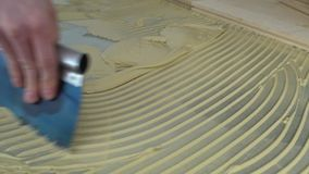 木条地板的工作者应用的胶粘剂 股票录像