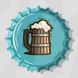 木杯子与泡沫的桶装啤酒在顶视图啤酒瓶盖帽 库存例证