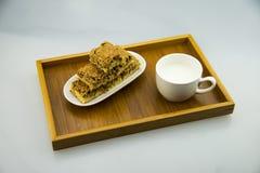 木板台,牛奶,脆饼 库存图片
