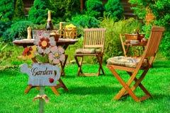 木板材和木室外家具的标志庭院 免版税库存照片